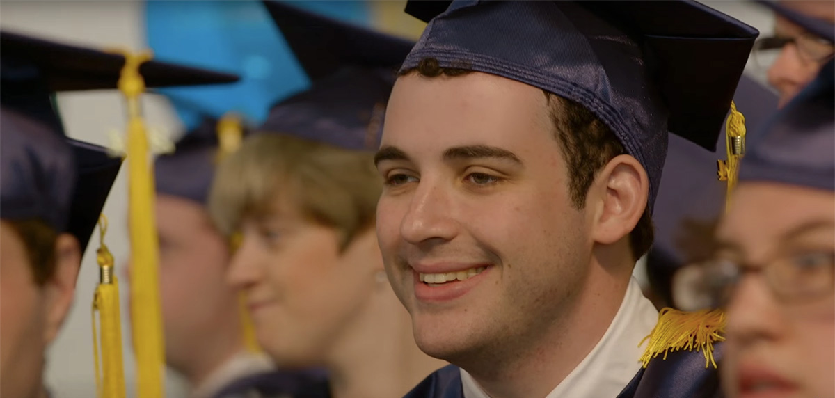 Owen's graduation is emotional. It is an accomplishment by no means easy to adult ASD patients. For the road ahead, in order to live a life of his own, tremendous courage and endurance are indispensable.