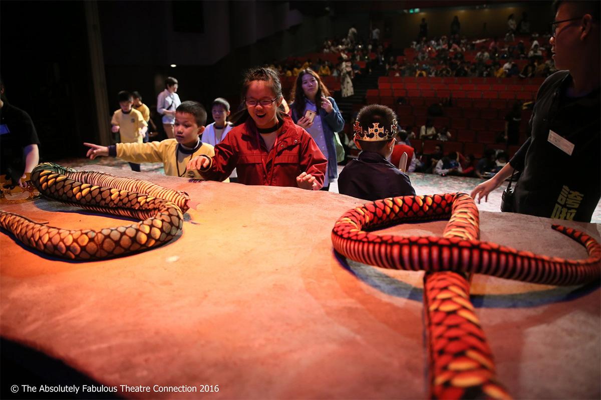 自在劇場的劇本和演出都經過調適,並且增加互動元素,讓自閉症患者享受其中。這是誇啦啦藝術集匯2016年上演《亞瑟王》的劇照,它是在同一個製作的正場外加演的特別場,以減省開支。黃清霞博士指出,自在劇場難以商業形式運作,但它值得更多資源支持。
