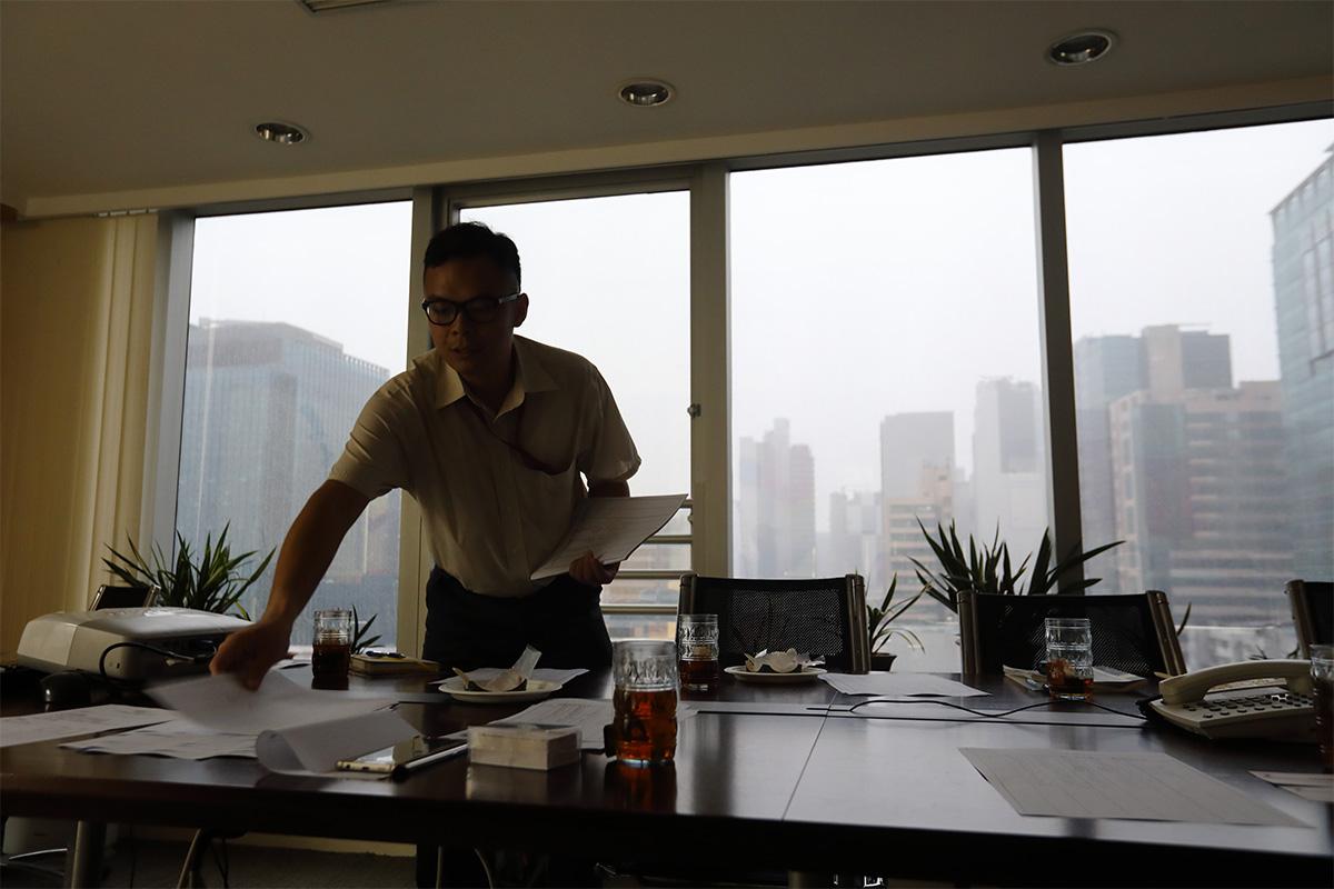 阿華很珍惜工作,從不遲到早退,病了也堅持上班。他感動了公司同事,有人甚至主動上網查看自閉症的種種,希望加深了解。